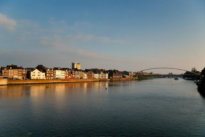 Maastricht - Zicht op linker maas, maasoever en hoge brug  Maastricht gezien vanaf de Servaesbrug.