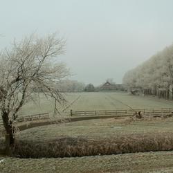 Boerderij in winterse setting.