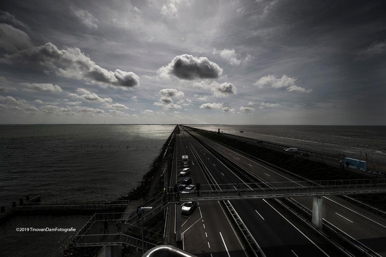 Afsluitdijk - Afsluitdijk<br /> Vrijdag prachtig weer, wolkjes, lichtplekjes op het water. Fotograferen midden op de dag loont ook zo af en toe <img