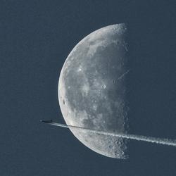 Vliegtuig_voor_maan.jpg