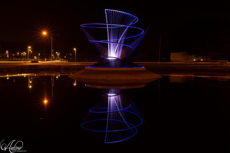 Verlichte fontein op rotonde in Veendam - Kunstwerk van cortenstaal met fontein, in het midden van de grote rotonde bij de entree naar Veendam. De sta
