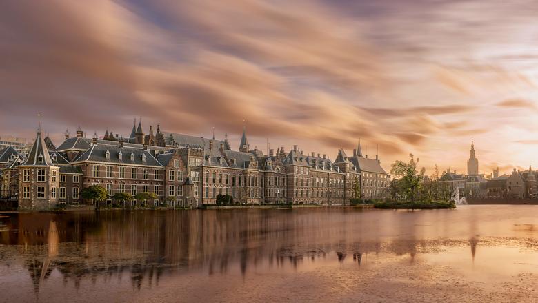 Hofvijver bij zonsondergang - Ik had het geluk om tijdens een spectaculaire zonsondergang en vlot drijvende wolken in het centrum van Den Haag te zijn