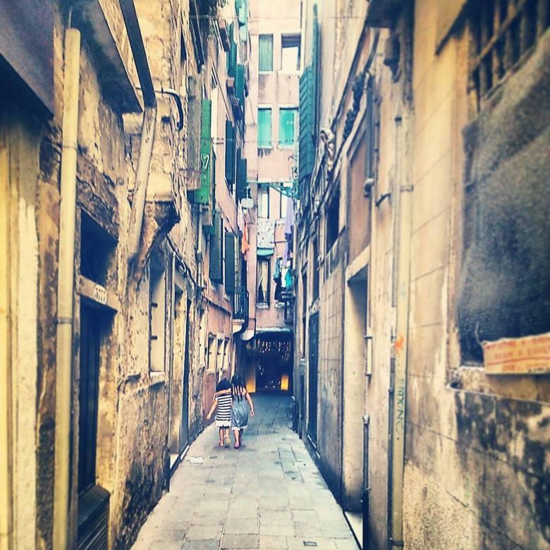 Twee meisjes in Venetië - Ik ben naar Venetië geweest. Ik wou een foto maken van een blikje bier in dit steegje, maar twee meisjes liepen voorbij. Net