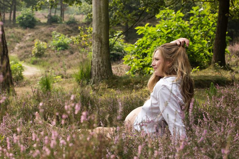 Zwanger tussen de heide - Een mooie zwangere vrouw tussen de prachtige paarse heide!