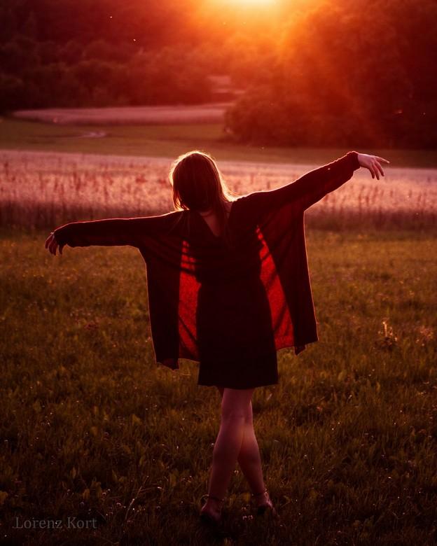 Zonsondergang shoot - Deze foto is gekomen van een uitje naar de graanvelden in Nürnberg, Duitsland. Toen Janika deze pose aannam voelde het zo dromer