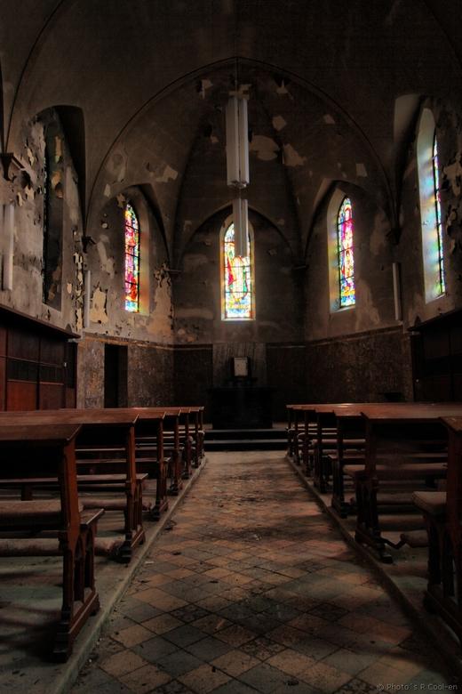 Stil in het kerkje - Deze foto heb ik gemaakt ongeveer een maandje geleden in een verlaten kapelletje in België