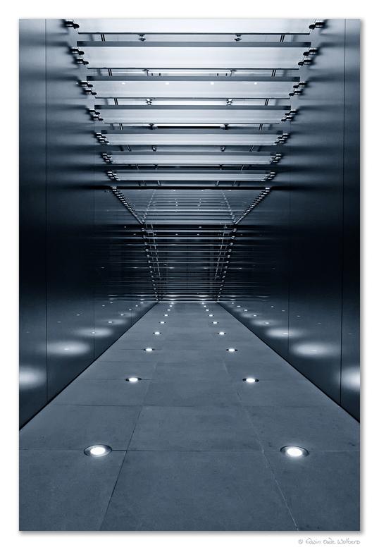 'Stairway to Heaven' - Foto genomen in een Apple-store in Sydney, Australië. De trap omhoog leidt naar allerlei Apple goodies. Omgezet in ZW met een b