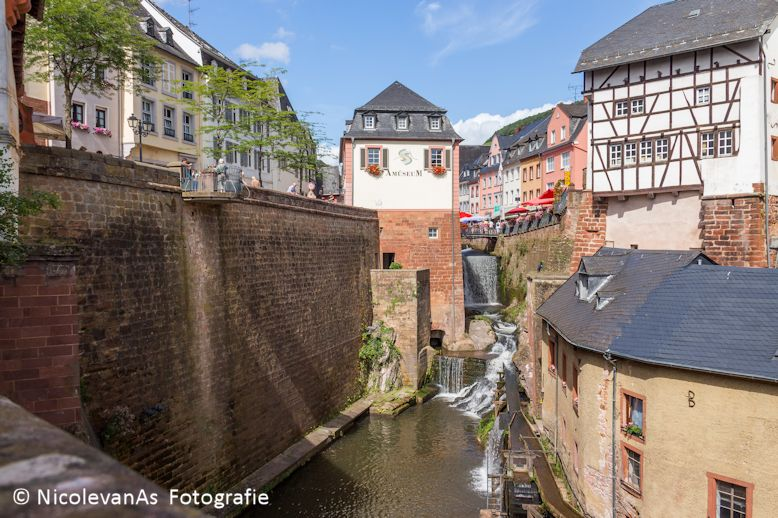 Saarburg 4 - Dwars door het oude plaatsje Saarburg in Duitsland loopt het bergriviertje de Leuk.  Toepasselijke naam.