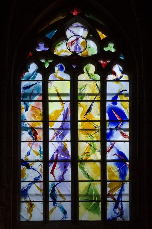 Luik 22 - De kathedraal heeft ook enkele nieuwe, moderne glas-in-lood ramen.