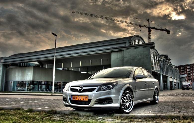 De Hangar - Opel Vectra voor de Hangar in Meerhoven (Eindhoven)