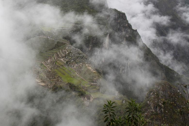 Machu Picchu in de wolken - Het waanzinnige uitzicht op Machu Picchu, tijdens de wandeling naar de top van Wayna Picchu.