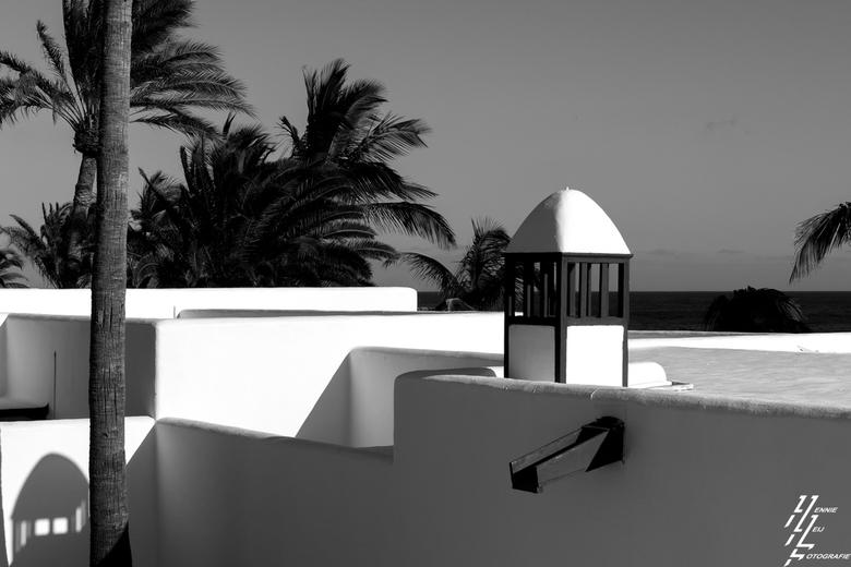 Puerto del Carmen - Lanzarote , veel huisjes in zwart/wit wat vraag om een ZW foto.