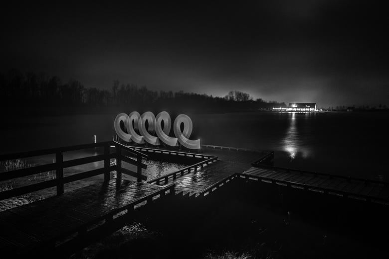 lichtfotografie - zwart wit foto van een lamp met lange sluitertijd