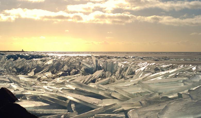 Stapel op ijs - Kruiend ijs bij Stavoren. Blijft een prachtig natuurverschijnsel!