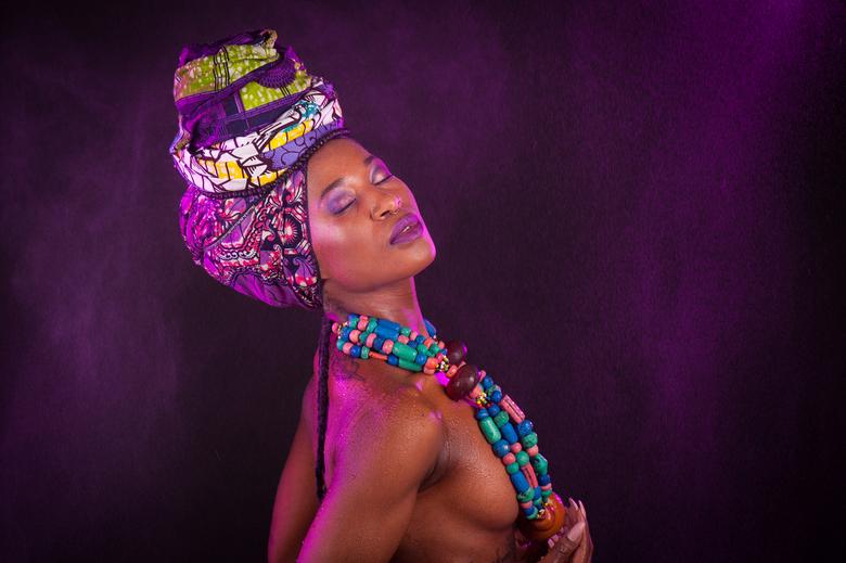 PURPLE RAIN - Uit de fotoshoot met dit model uit Zambia. Ik wilde een setting maken met als thema Purple Rain. Dit is één van de resultaten.