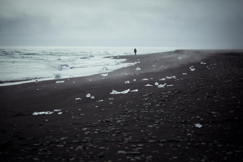 Icy black beach - Een unieke combinatie, het zwarte vulkaan strand in IJsland met het residu van ijsbergen die de zeer nog maar net haalde.