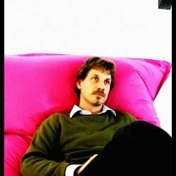Martijn Aslander op een roze Fatboy.