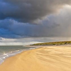 Prachtige wolkenlucht boven de Waddenzee op Texel.