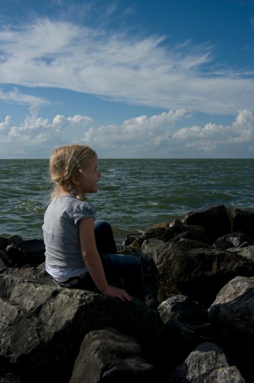 Meisje aan zee - Nou ja, de voormalige Zuiderzee dan. Maar het blijft een van de mooiere plekken van Lelystad.