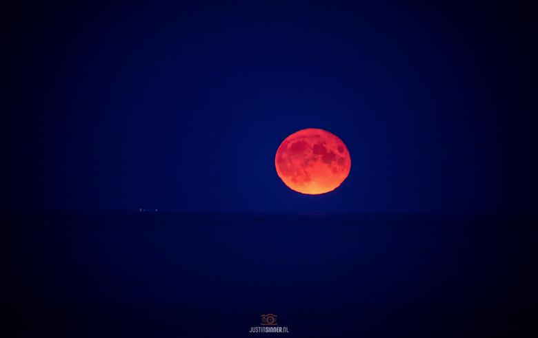 """Opkomende maan op Texel. - Vanavond (2-09-20) een prachtig opkomende maan boven de Waddenzee bij Texel, mooi van kleur! Wauwie <img  src=""""/images/smil"""