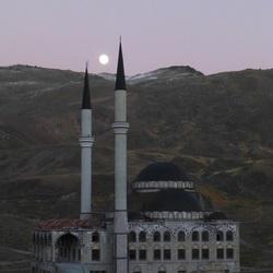 opkomende maan tussen de minaretten