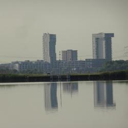 Gespiegelde flats Nesselande in de Rottemeren