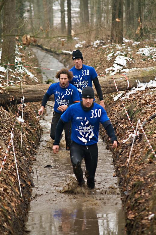 SurvivalRun - Voor het deel dat de renners door de sloot moesten had men het ijs kapotgehakt.