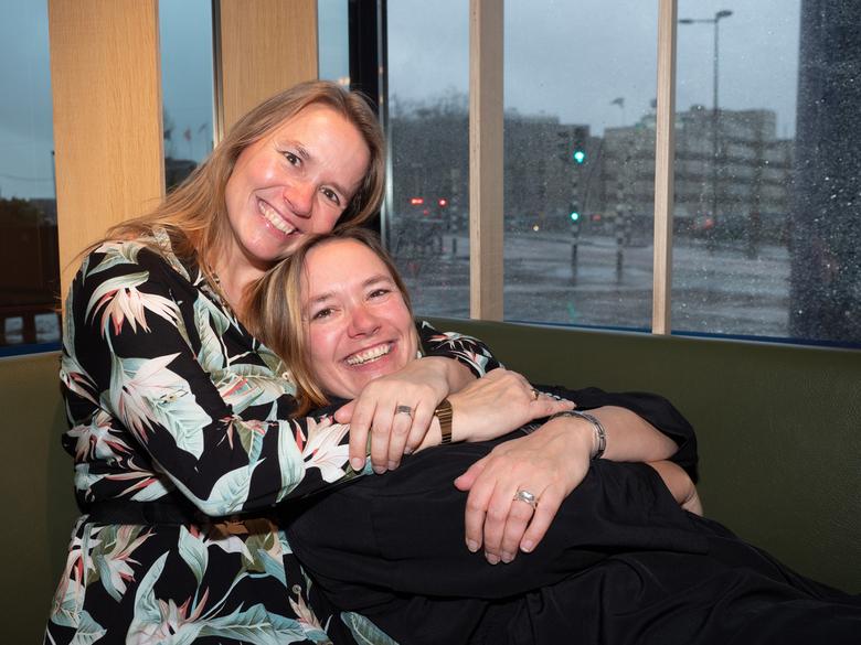 Eeneiige tweeling Martine en Sonja 1 - Op een zeer regenachtige dag spraken we af in een café in Utrecht. Sonja (links) wilde Martine verrassen met ee
