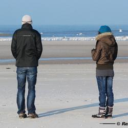 Broer en zus aan zee