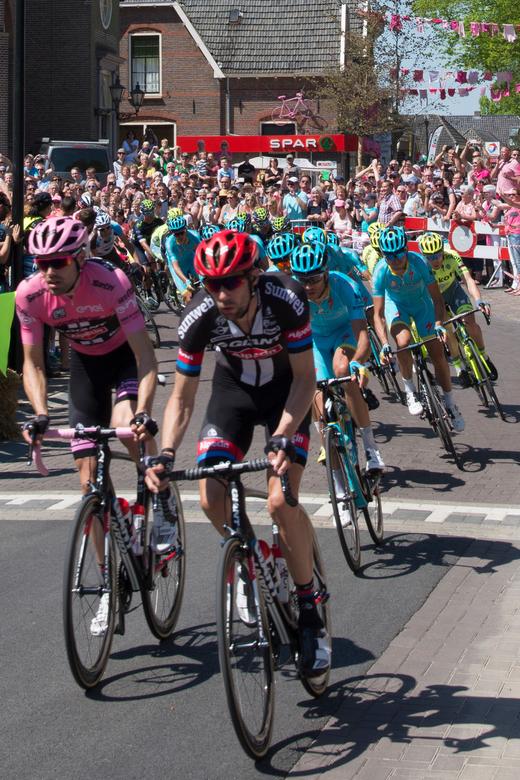 Tom Dumoulin in het peleton bij doorkomst Giro in Hummelo -