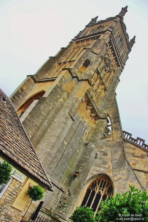 Cirencester 18 - Weer buiten werpen we nog een schuine blik op de toren. Anders kan die er niet op vanwege de bouwrommel rond de kerk. Nee, ze valt ni