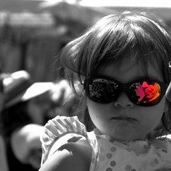 La petite fille heureuse.