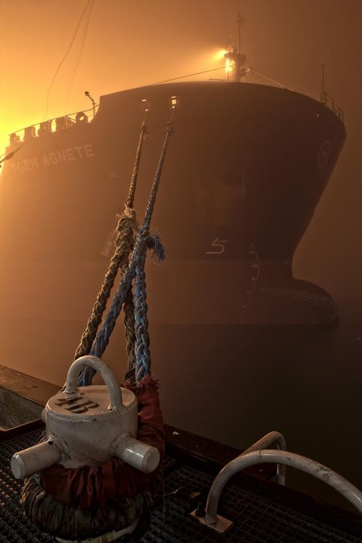 olie tanker in de mist - dit schip mocht na het lossen van olie niet varen vanwege de dichte mist.<br /> regels in de rotterdamse haven, vervelend vo