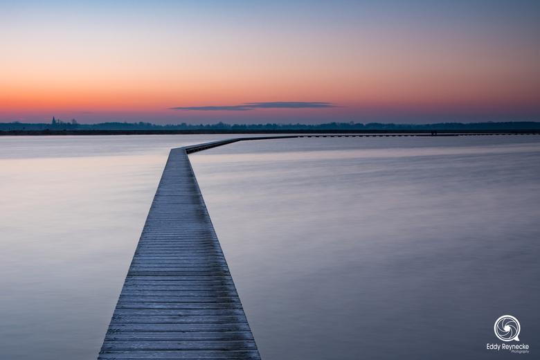 Loopbrug 't Roegwold - De loopbrug bij natuurgebied 't Roegwold vlak voor zonsopkomst.