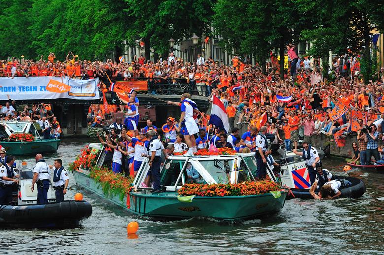 Huldiging Oranje in Amsterdam - Prachtige huldiging van het Nederlands elftal in Amsterdam