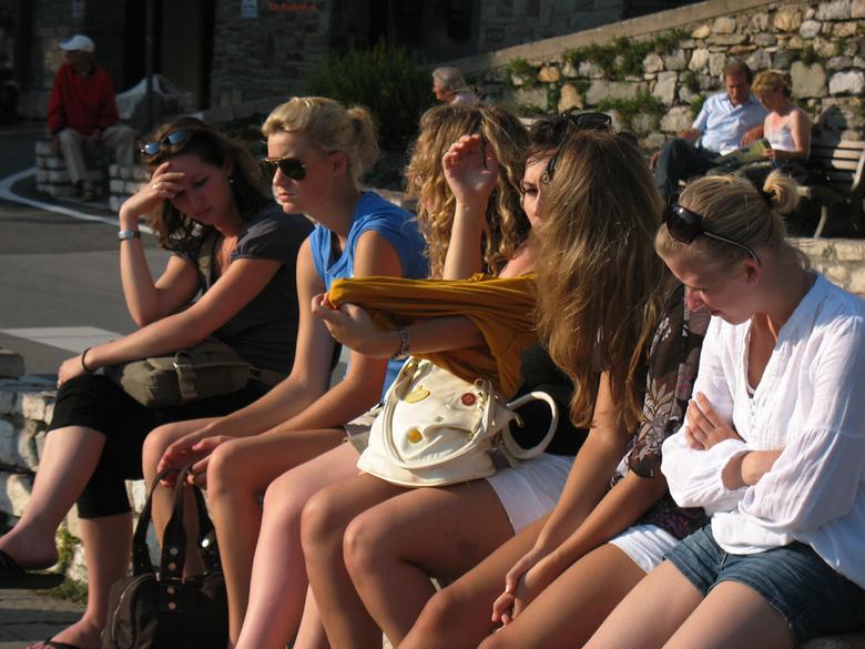 armen,benen en haren - jonge touristen