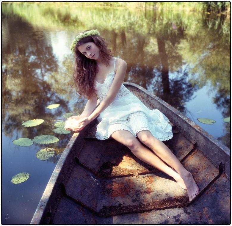   m e m o r i e s   - - analoge opname van acht jaar geleden in een oud roestig roeibootje bij de Millingerwaard tijdens een warme dag in augustus - (