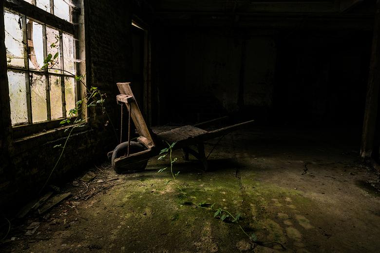 Waakzaam en Dienstbaar - Een kruiwagen in een verlaten fabriek. De zelfde fabriek als de vorige foto. Het licht was ongelofelijk! De wolken die de zon