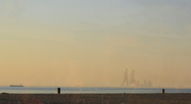 Fata morgana? - De mensen op het strand lijken een luchtspiegeling