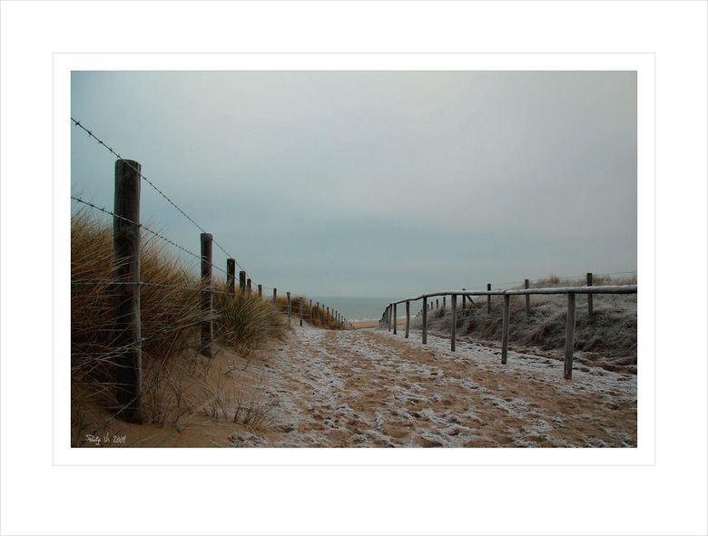 de muur - Dezelfde ochtend geschoten als de vorige twee uploads. De grijze lucht in combinatie met het berijpte strand geeft een bijzondere sfeer.<br