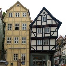 De twee panden waarin Café Roland is gevestigd.