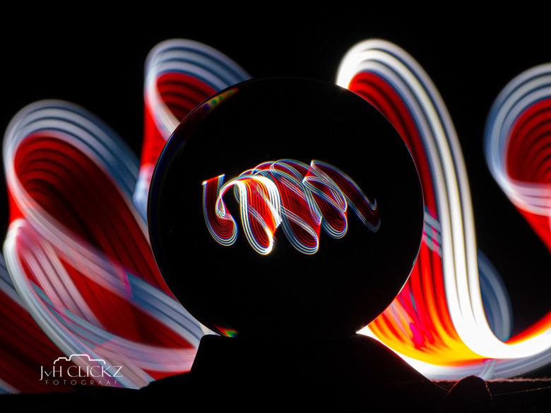 In- & outside my lensball - JvHClickz - Wanneer je niet naar buiten kunt (of wilt), dan is lightpainten thuis erg leuk en uitdagend. Deze heb ik g