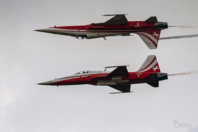 Luchtmachtdagen Volkel 2019 - Twee toestelen van het demoteam Patrouille Suisse van de Zwitserse luchtmacht tijdens de Luchtmachtdagen 2019 in Volkel.