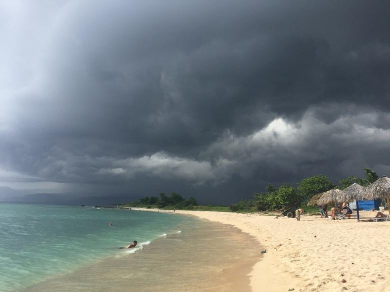 F2D45E78-5CB2-410C-9883-9D3C643F993B - Een van de mooiste stranden van Cuba vind je vlakbij het plaatsje Trinidad. Deze regenbui heeft ons niet kunnen