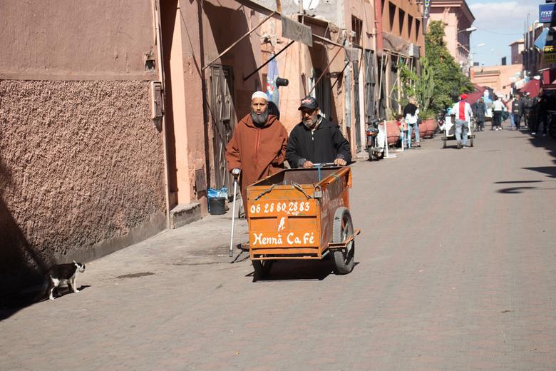 In Amsterdam - is menig Marrokaan geweest en neemt vaak iets mee terug. Kijk maar naar de foto.