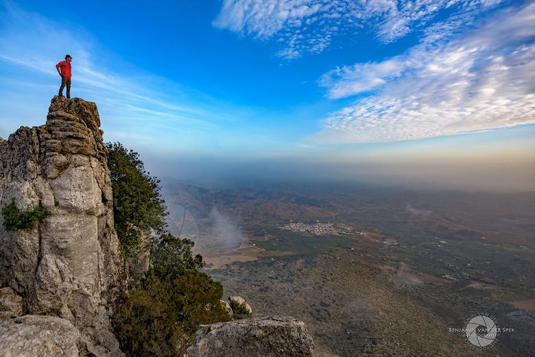 Uitkijk rots - Zelfportret op El Torcal de Antequera in zuidelijk Spanje, met uitzicht over het landschap ver beneden.