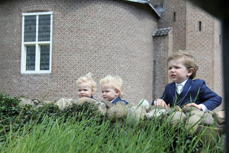 Bruidsjonkers  - De drie zoontjes, bruidsjonkertjes, van mijn beste vriendin. Haren in de wind, kijkend wat papa en mama toch doen. ❤<br /> Tips en t