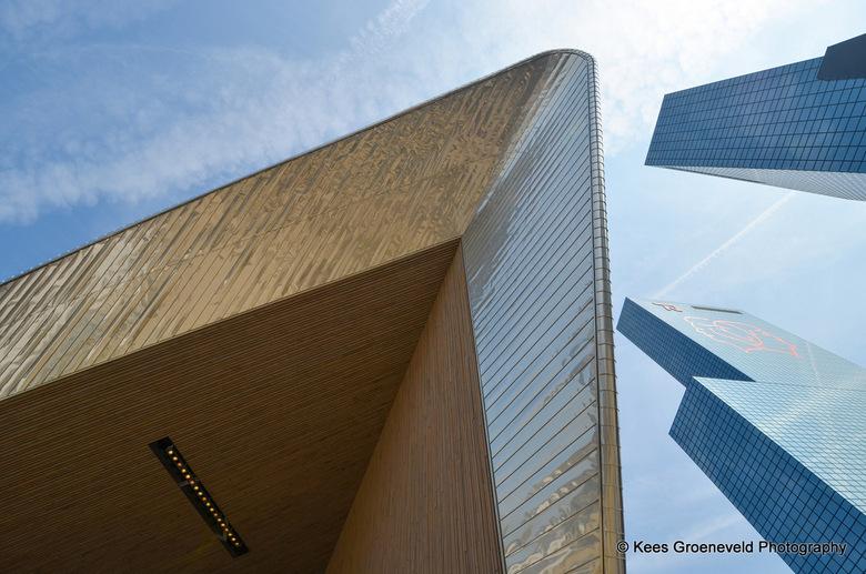 Ruimteschip boven Rotterdam? - Het lijkt of er een groot ruimteschip over Rotterdam komt: Maar het is links het dak van het nieuwe station en rechts d