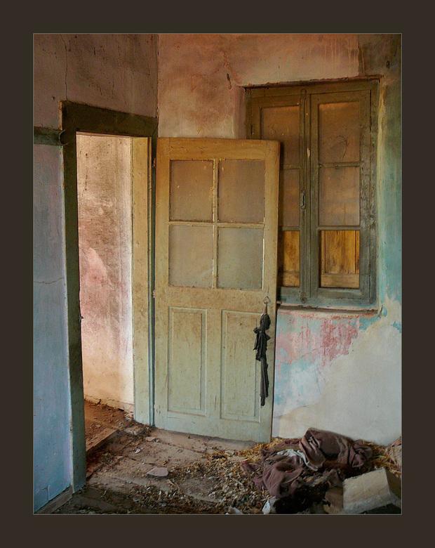 de entree - Dit was de eerste kamer die ik zag bij binnenkomst in het verlaten, deel vervallen huis. (zie ook vorige uploads) Weinig te vinden en te z