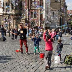 Kinderen spelen met zeepbellen in Praag